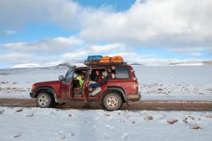 Reisegruppe in Bolivien. Auf dem Bild ist eine Reisegruppe in Bolivien in der Salar de Uyuni zu sehen. Die Reisegruppe ist sehr glücklich und hat Spaß. Einer der Reisenden ist Stefan Vogler, einer der Gründer von tripmind. Die Reisepartner wurden zwar nicht gesucht, aber glücklicherweise durch Zufall gefunden