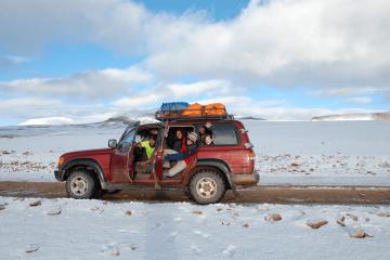 Reisegruppe in Bolivien. Auf dem Bild ist eine Reisegruppe in Bolivien in der Salar de Uyuni zu sehen. Die Reisegruppe ist sehr glücklich und hat Spaß. Einer der Reisenden ist Stefan Vogler, einer der Gründer von tripmind.